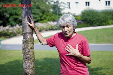 Tức ngực, khó thở là một trong những triệu chứng của hẹp van động mạch phổi