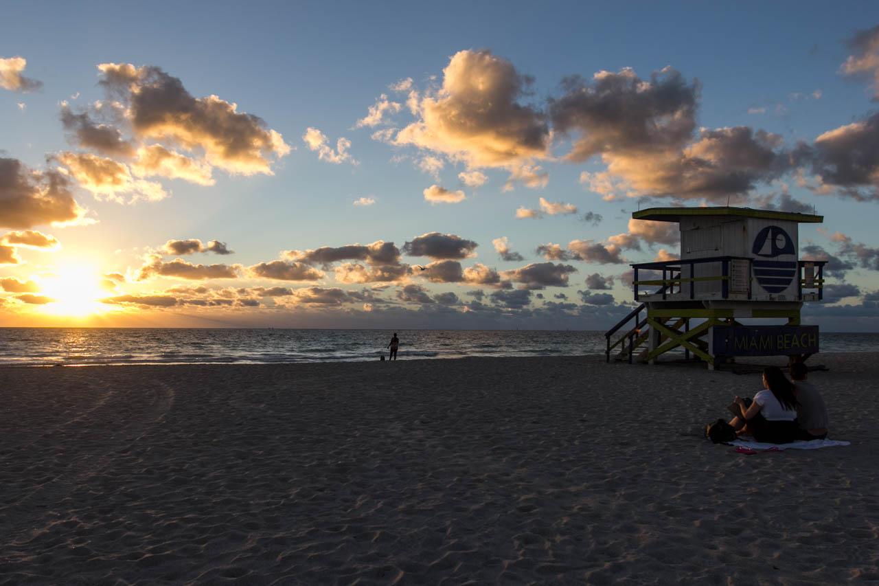 Turistas disfrutan de los primeros minutos del amanecer en South Beach  (Tetsu Espósito)
