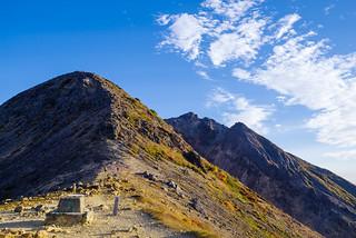 剣ヶ峰を右から巻いて奥に聳える朝日岳へ向かう