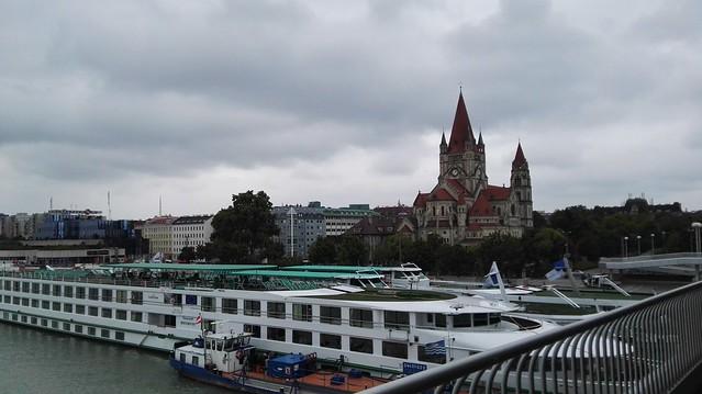 Blick auf die Donau, auf ein Donaudampfschiff und auf die Mexikokirche