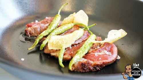 Chuleta de cerdo (pluma ibérica adobada con soja y jenjibre) con piparras y patatas