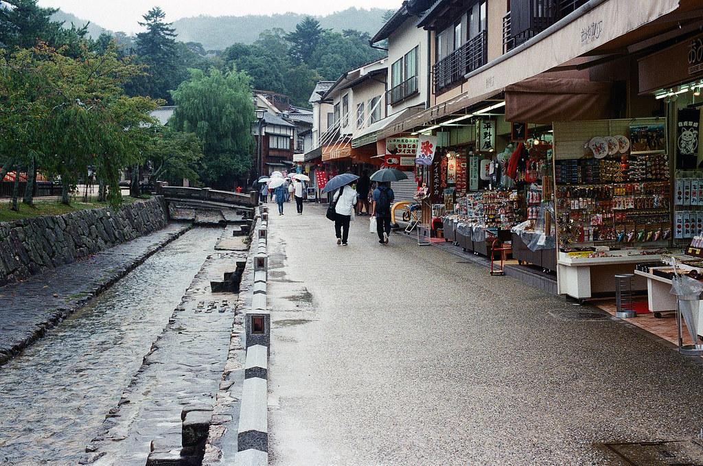嚴島(Itsuku-shima)広島 Hiroshima 2015/08/31 我沿著這小路往東邊走。  Nikon FM2 / 50mm Kodak UltraMax ISO400 Photo by Toomore
