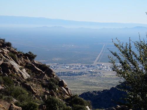 Aguirre Spring Campground - pine tree hike - uitzicht op missile test center