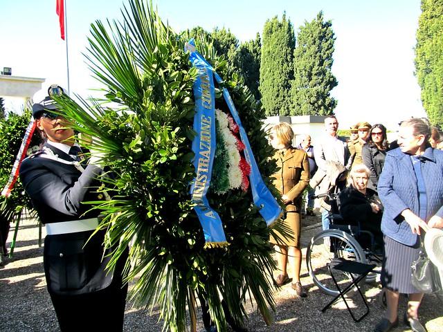 Casamassima-Le corone floreali offerte dal Comune di Casamassima, di Bari e dalla delegazione polaccca (1)