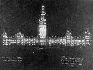 Parliament Buildings illuminated for the visit of Duke of York, 1901 [Centre Block] / L'édifice du Centre du Parlement est illuminé pour souligner la visite du duc de York, en 1901