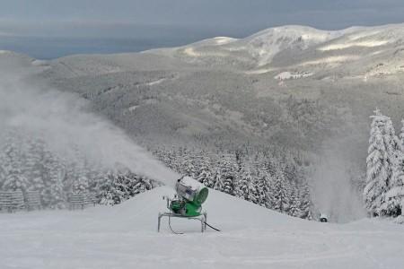 Ve Špindlu běží sněhová děla naplno