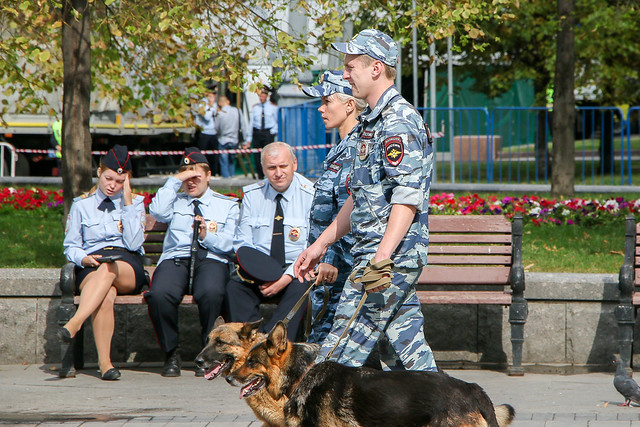 Police officers with dogs, Moscow, Russia モスクワ、パトロール中の警官と犬