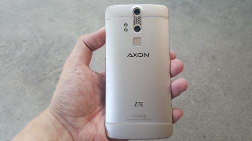 ZTE Axon Elite ด้านหลัง