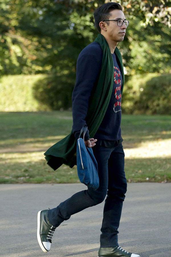 ネイビーセーター×グリーンマフラー×デニムパンツ×オールスターレザー緑