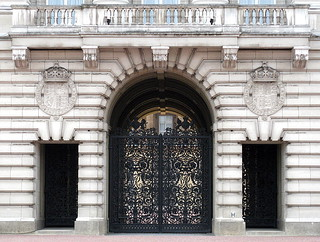 Image of Buckingham Palace. balcony balcón balkon buckingham palace london england uk gb arch doorway entrance