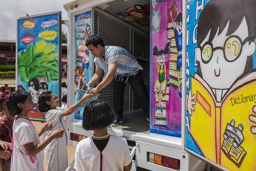รถห้องสมุดเคลื่อนที่ซึ่งสนับสนุนโดยยูนิเซฟเดินทางไปยังโรงเรียนบ้านห้วยผึ้ง อ.แม่ลาน้อย จ.แม่ฮ่องสอน เพื่อสร้างนิสัยรักการอ่านให้กับเด็ก ๆ ตามหมู่บ้านห่างไกล โดยผลสำรวจพบว่าเด็กในประเทศไทยจำนวนมากยังขาดทักษะการอ่านและขาดหนังสือสำหรับเด็กไว้อ่านที่บ้าน