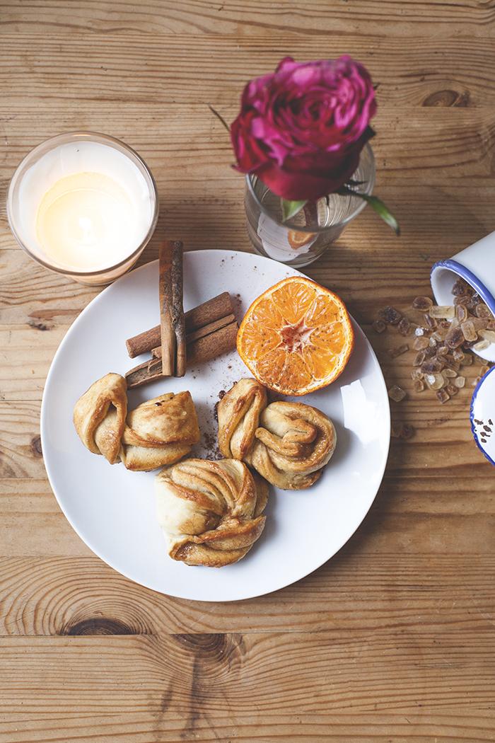 frischgebackenes Zimtgebäck zum Frühstück
