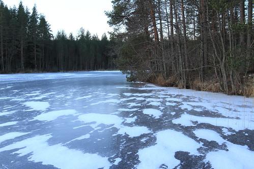 winter lake creek suomi finland frost crystal january sunny clear vesi puro winterwonderland tammikuu winterlandscape fozen laukaa järvi 2016 jäätynyt aurinkoinen kuura valkola kirkas talvimaisema canon7d kirkasvesi talvenihmemaa isoharinen juhanianttonen crystalclearwatertalvi ef163528iiusm