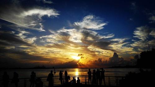 淡水夕陽,吸引人的總是這些眩目光影前人們的剪影。 20150908,節氣:白露 #淡水 #夕陽#sunset #sky #cloud #love