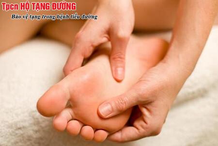 Kiểm tra chân mỗi ngày giúp phát hiện sớm tổn thương