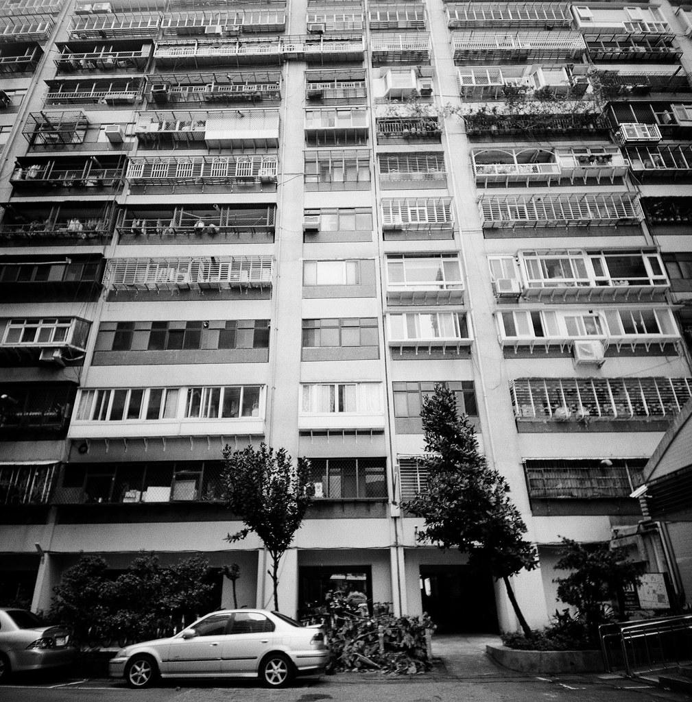 忠駝國宅 台灣 Taiwan / Lomo LC-A 120 2015/11/13 拿著 Lomo LC-A 120 裝黑白底片到處拍,一直在練習估焦,到這張很簡單,直接推到無限遠拍。  拍的時候沒想那麼多,但效果還不錯,就一格格密集的概念。  Lomo LC-A 120 Kodak TRI-X 400 / 400TX 120mm 3527-0004 Photo by Toomore