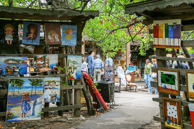 Painting shops in Izmailovsky flea market, Moscow, Russia モスクワ、ヴェルニサージュ(蚤の市)の絵画売り場