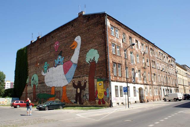 Street art et terrain de jeux pour enfant à Praga, Varsovie.