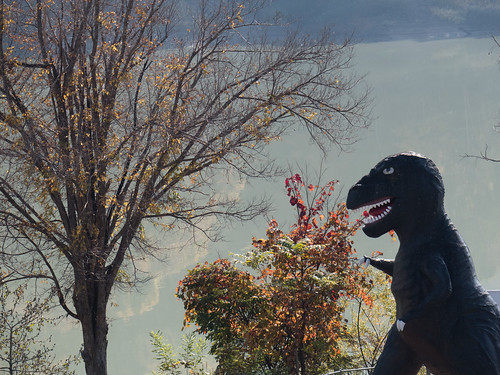 恐竜と紅葉:桂沢湖畔