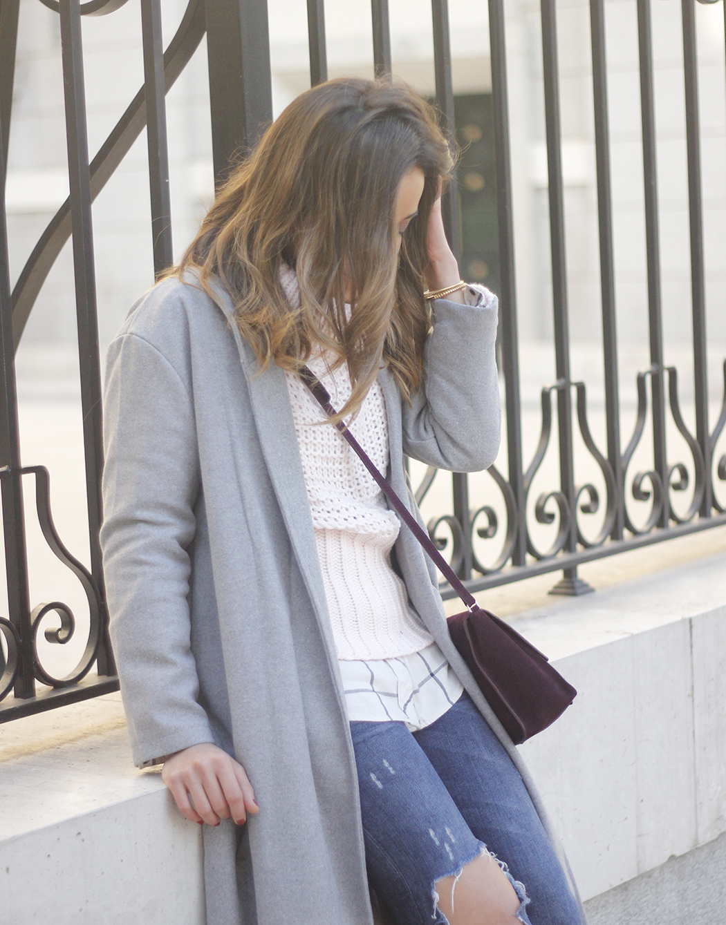 Grey coat with pink sweater jeans burgundy purse uterqüe outfit streetstyle19