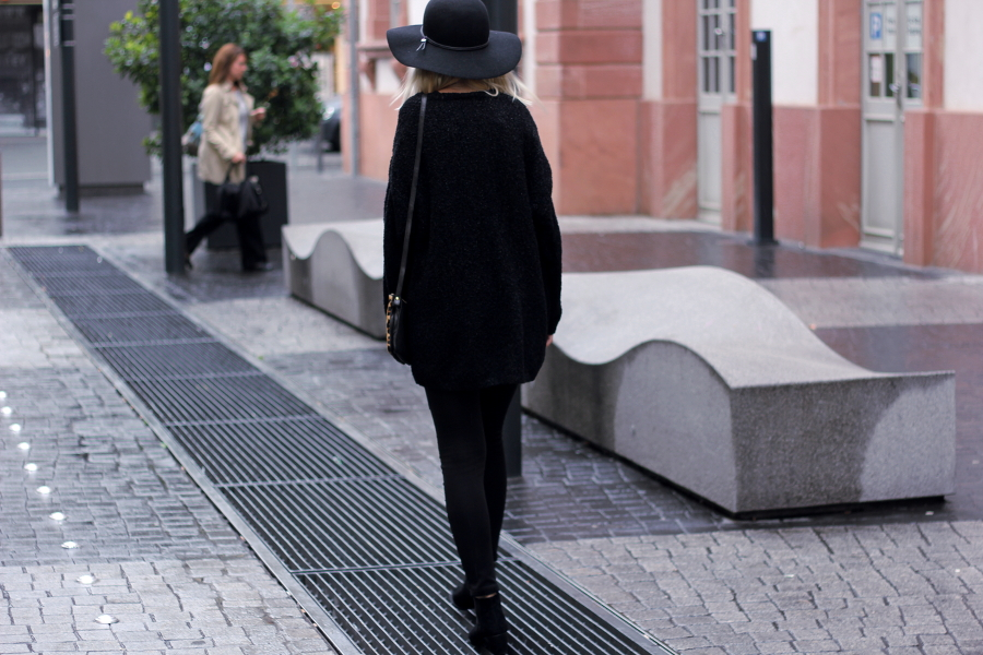 outfit-rain-nass-cold-cozy-cuddling-black-evening-city-shopping-hat-hut-schwarz-rücken-back-skinny-girl-blogger-fashion-mondo-della-moda