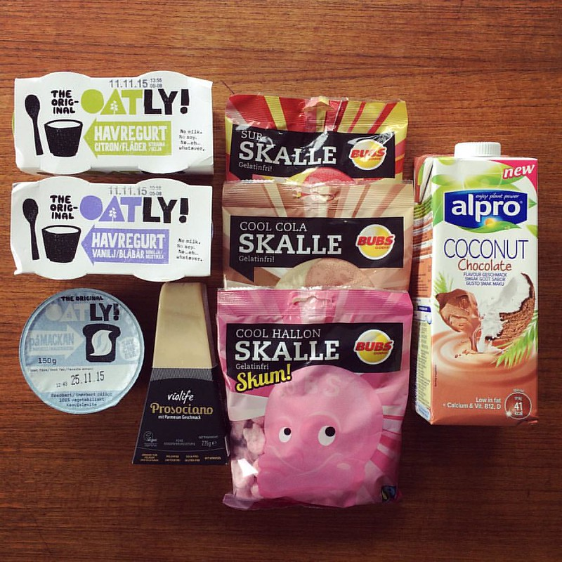 Min kille har varit på veganjakt! Oatlys mjukost och nya yoghurt, Violifes parmesanost, en massa slaktavfall- och lössfria skallar samt Alpros chokladkokosmjölk. Yeah! #vadveganeräter
