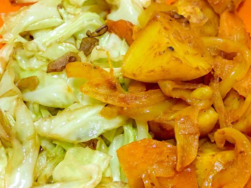ジャガイモのカレー炒めとキャベツのニンニク炒め