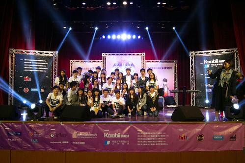 歌手陳勢安與主辦單位的學生們合照。