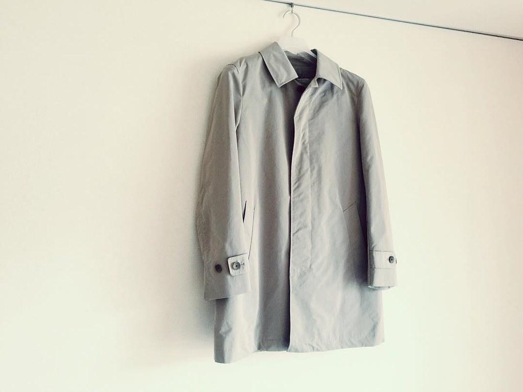 ユニクロのステンカラーコート ここ数年、日常使い用にオンオフ兼用で愛用している、ユニクロのベージュのステンカラーコート。 白シャツをセミオーダーした時に改めてSサイズだと胸板と首回りが窮屈でしょうとズバリ指摘されたこと、昨年手にしたモンベルの襟無し長袖インナーダウンも着込むことを想定してMサイズにUP。 このステンカラーコートの素材はインナーダウンベスト含めてほとんどがポリエステル。 ユニクロで今年見つけた、オンラインショップ限定のウールブレンドシングルコートなるステンカラーコートも魅力的だったのですが、