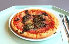 Pizza with salami & mushrooms / Pizza mit Sala…