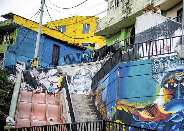 Graffitour Una Fiesta De Color Y Vida En La Comuna 13 De Medellin - Graffitis-en-casa