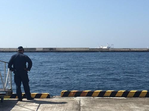 警察官が船を出迎え