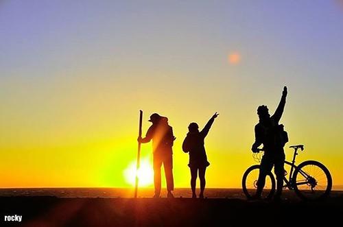 伊豆大島サンセットパームラインのサンセットはその名の通り見事なサンセットを拝むことができた。これを実際に見たあなたには「ありがたや」がセットでついてくるに違いない。  #rinproject #biketouring #touring #tourism #自転車 #旅行 #観光 #伊豆大島 #サンセットパームライン #travel #cycling #夕陽 #夕焼 #sunset #art #randonneur #japan