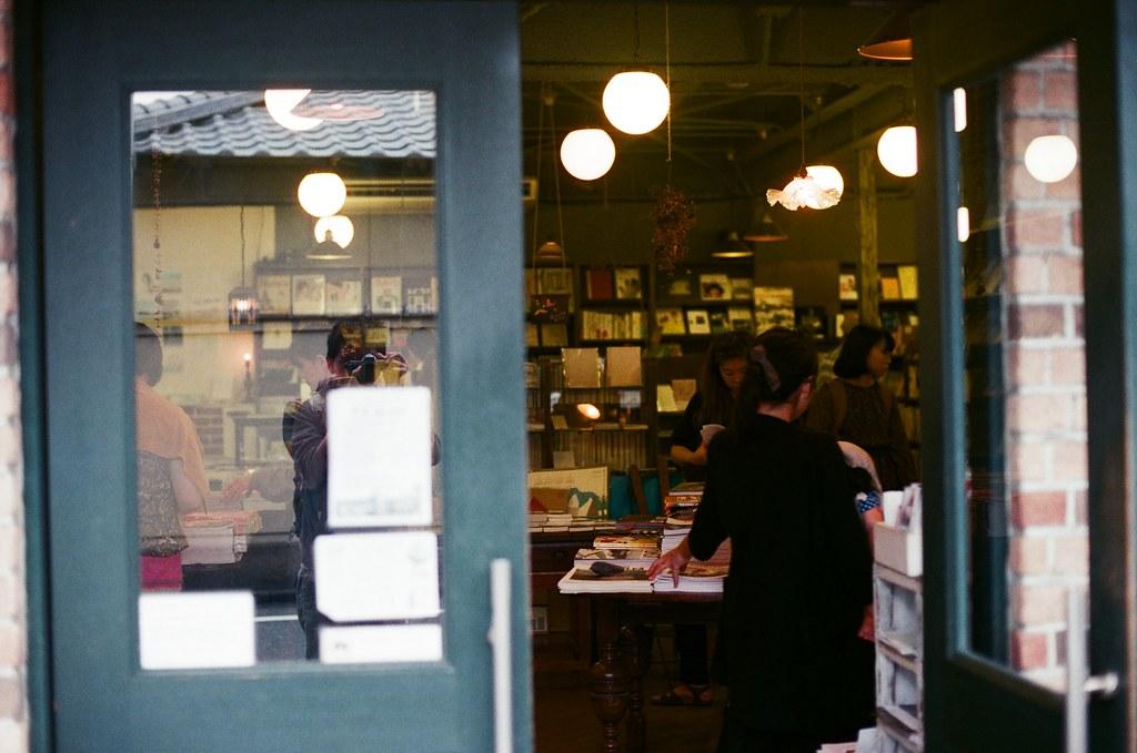 惠文社 京都 Kyoto 2015/09/25 惠文社,進去逛了一下,拿了一些紙類的傳單,然後又買了一些明信片。  Nikon FM2 Nikon AI Nikkor 50mm f/1.4S AGFA VISTAPlus ISO400 0952-0002 Photo by Toomore
