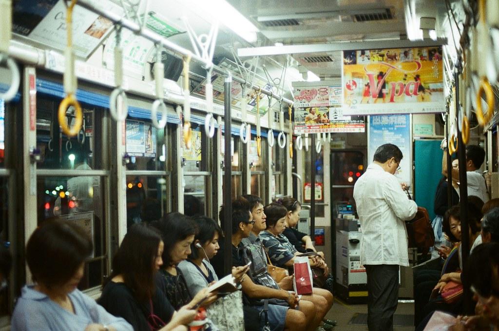 路面電車上 長崎 Nagasaki 2015/09/07 搭電車回去住的地方。  Nikon FM2 / 50mm Kodak UltraMax ISO400 Photo by Toomore