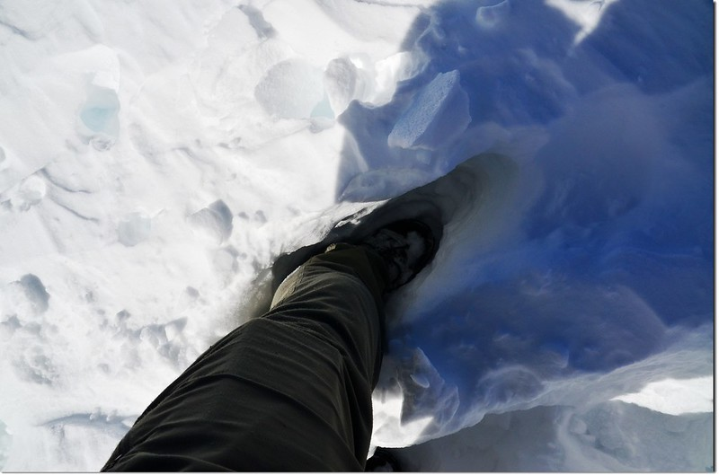 The snow is so deep that it reaches up to my leg