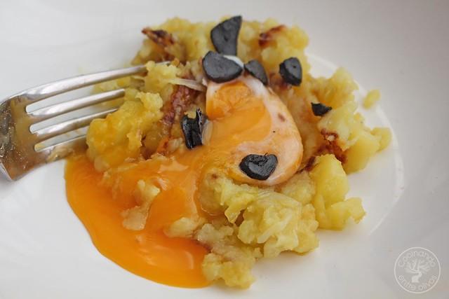 Yema confitada con ajo negro y patatas rotas www.cocinandoentreolivos.com (21)
