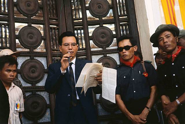 Saigon 05 Nov 1968 - Thượng nghị sĩ Nguyễn Gia Hiến trước Hội trường Thống Nhất (rạp Xổ số Kiến thiết)