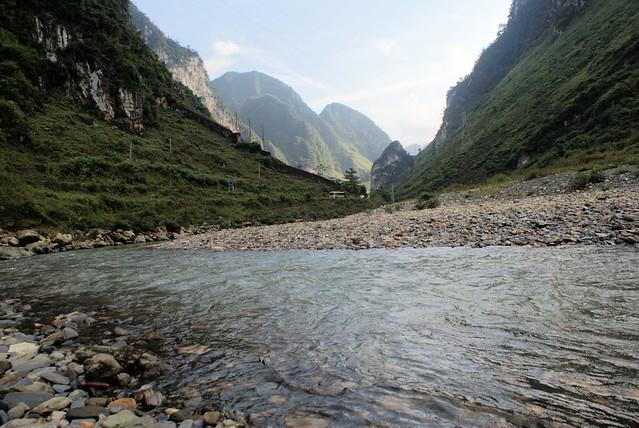 Vallée et rivière entre Ha Giang et Dong Van.