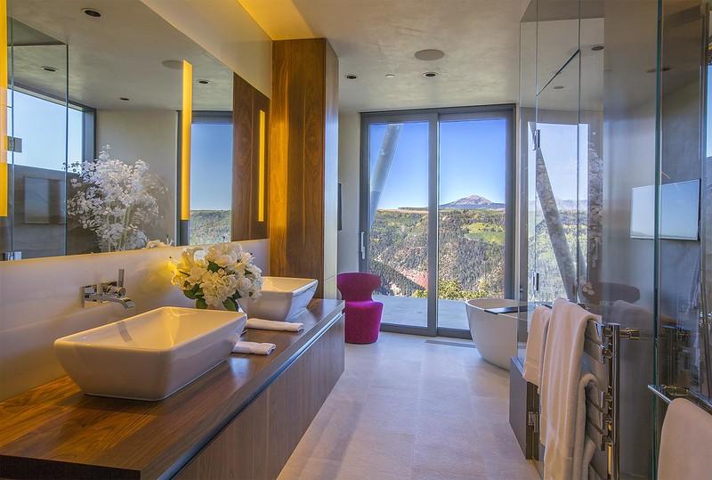 Ванная комната в доме с видом на горы