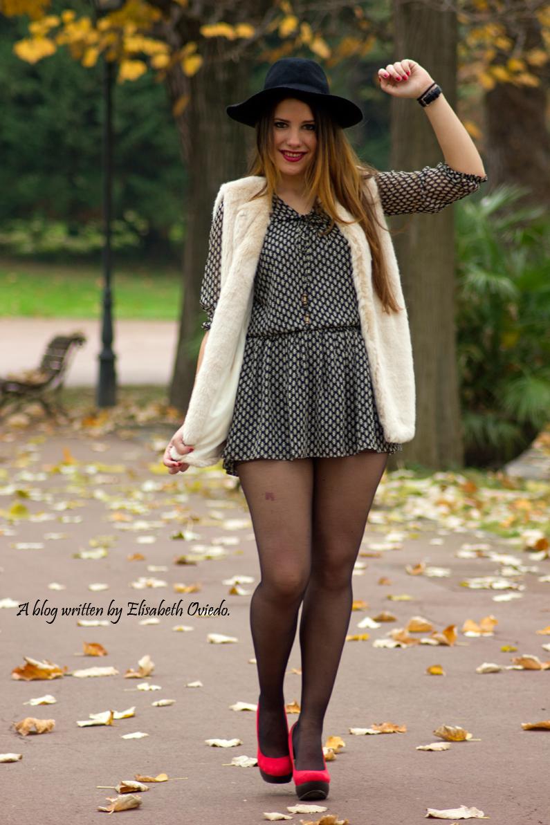 vestido el corte ingles heelsandroses chaleco pelo blanco sombrero negro stradivarius tacones rojos (7)