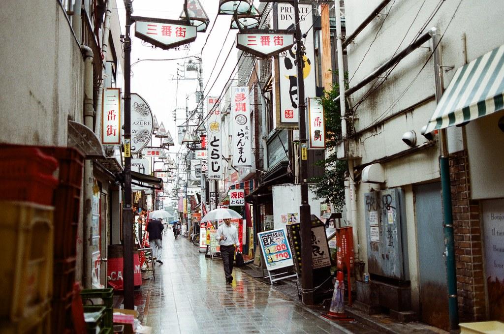 吉祥寺 Tokyo, Japan / Kodak ColorPlus / Nikon FM2 晚上的這裡應該很美吧!應該要待到晚上的。  下雨天,地面會反射景物,這樣拍起來很美。  Nikon FM2 Nikon AI AF Nikkor 35mm F/2D Kodak ColorPlus ISO200 0995-0024 2015/10/01 Photo by Toomore