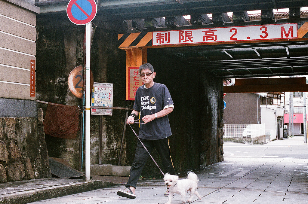 尾道 おのみち Onomichi, Hiroshima 2015/08/30 遛狗的阿伯,不知道他狗狗怎麼了,一直哭,阿伯也不知道他怎麼了,前一張一直安慰牠。  Nikon FM2 / 50mm FUJI X-TRA ISO400 Photo by Toomore