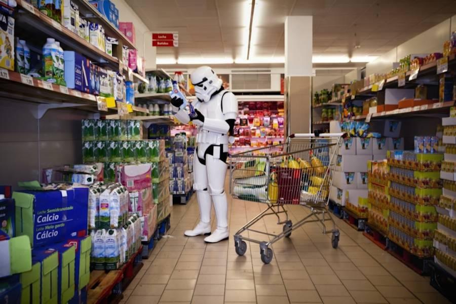Imagen graciosa geek de soldado de compras