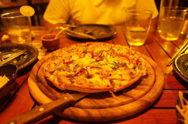 <p>g)グリーンカレーのピザです。</p>