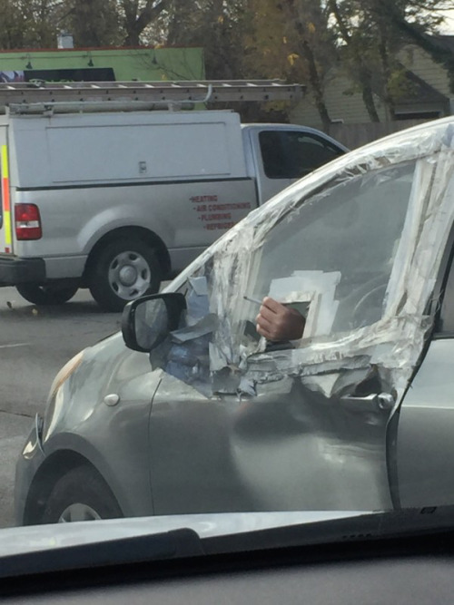 imagen graciosa de hombre fumando en el coche