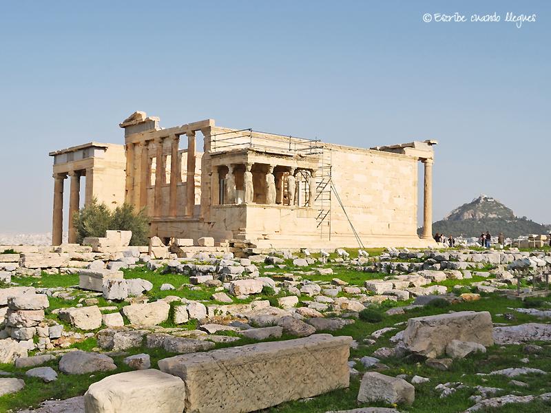 El Erecteion, uno de los edificios más emblemáticos levantados en la colina sagrada de Atenas: la Acrópolis