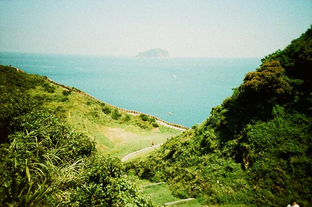 忘幽谷 基隆 Keelung, Taiwan / Lomography Slide / XPro / Lomo LC-A+ 遠遠的那個是基隆嶼,不是什麼龜山島之類的。  突然想到,這山谷以前是沈在水裡的嗎?  Lomo LC-A+ Lomography Slide / XPro 200 ISO 35mm 4943-0004 2016/08/20 Photo by Toomore