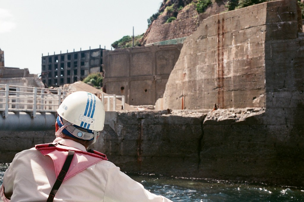 軍艦島(Gunkanjima)  端島 長崎港 Nagasaki 2015/09/07 準備拋繩  Nikon FM2 / 50mm AGFA VISTAPlus ISO400 Photo by Toomore
