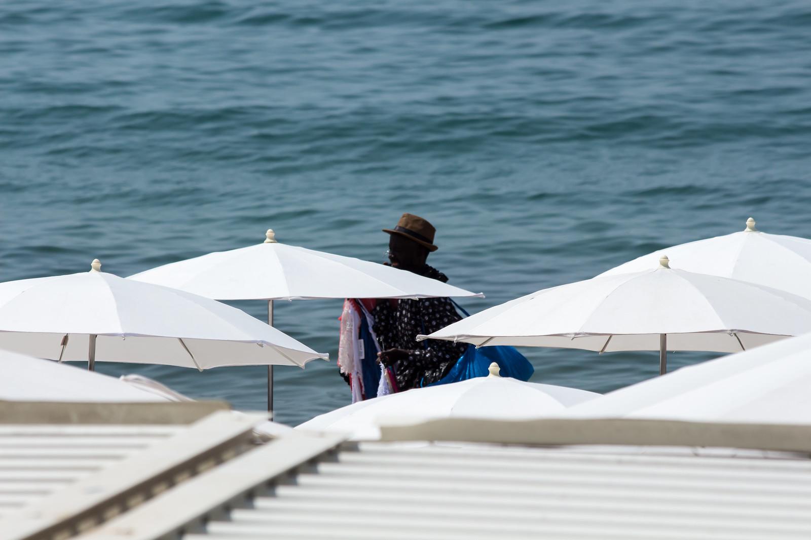 13. Когда на наших пляжах продают беляши, пахлаву и чучхелу, на французских темнокожие ребята впаривают шляпы и парео.